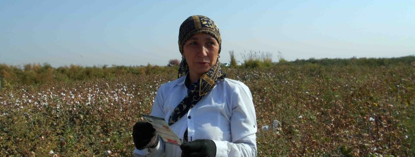 Cotton picker with a leaflet informing her about her rights 2016 © UGF