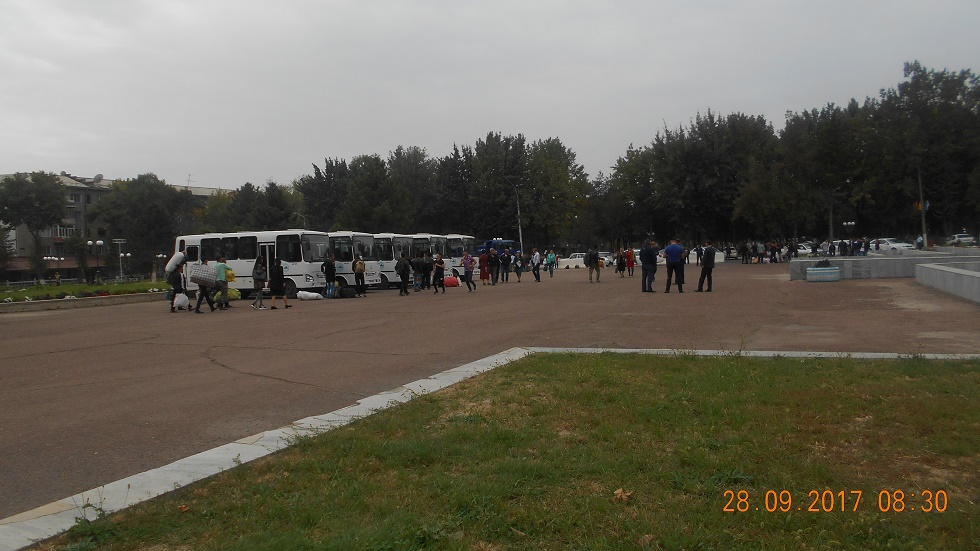 People waiting for buses in Angren © UGF 2017