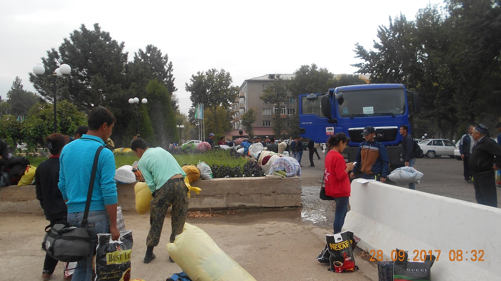 People loading truck with personal items © UGF 2017